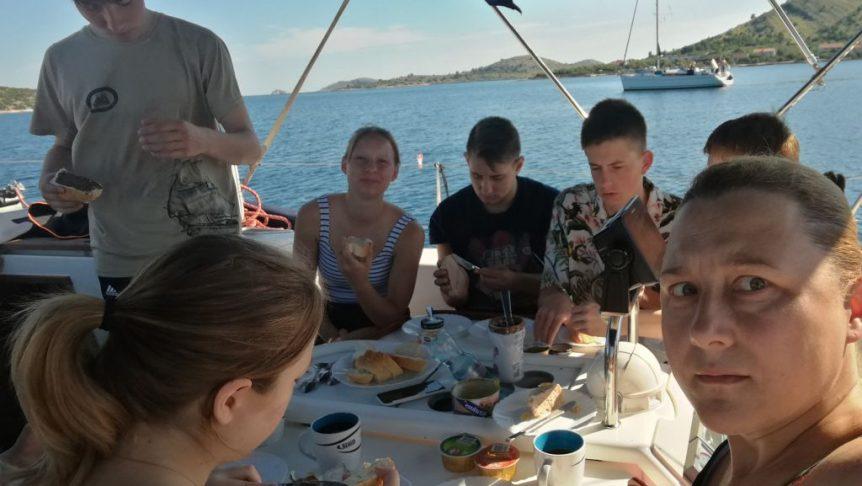 Jacht Maza śniadanie na morzu