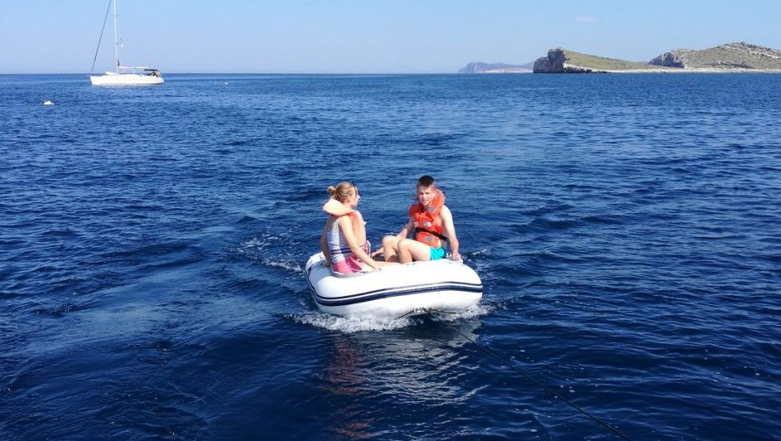 Zabawa na pełnym morzu na pontonie