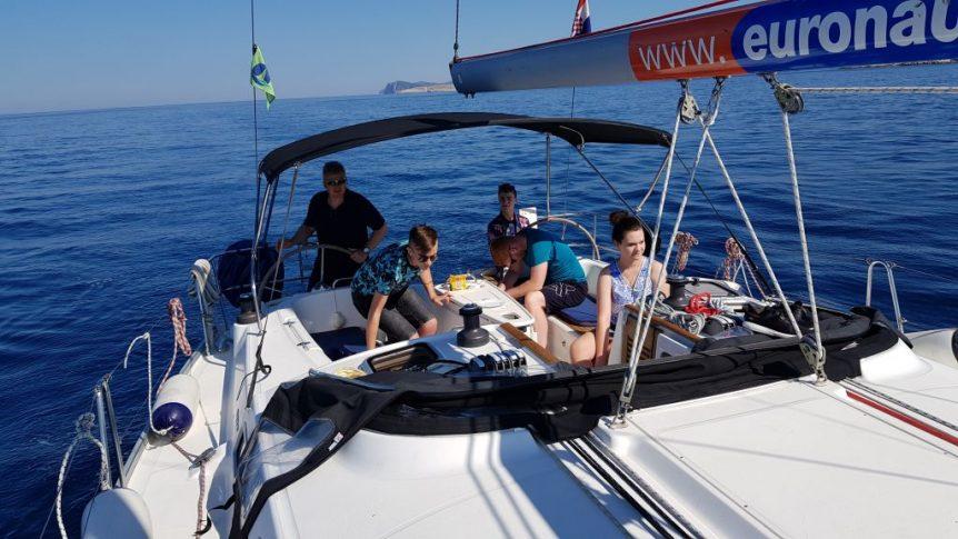 Załoga jachtu Maza na pełnym morzu