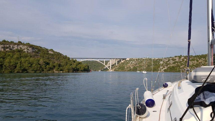 Przechodzimy pod mostem na rzece Krka