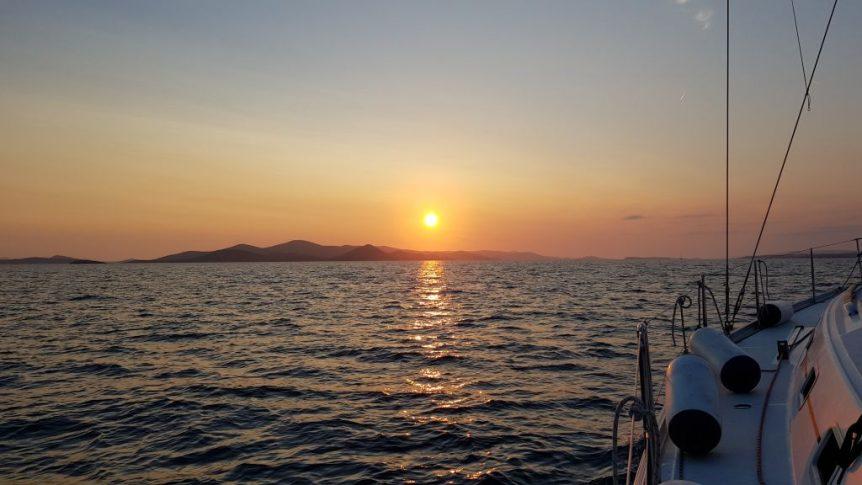 Zachód słońca na pełnym morzu