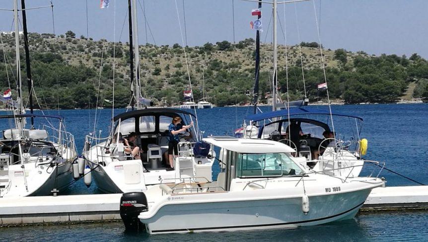 Port na wyspie Żut